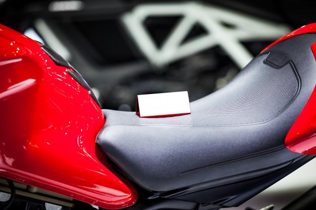 Hidrate o banco da moto para deixá-lo macio e aumentar a durabilidade.