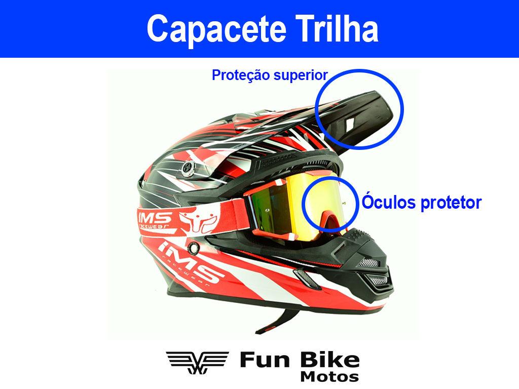 A imagem mostra um capacete esportivo com proteção superior e óculos protetor.