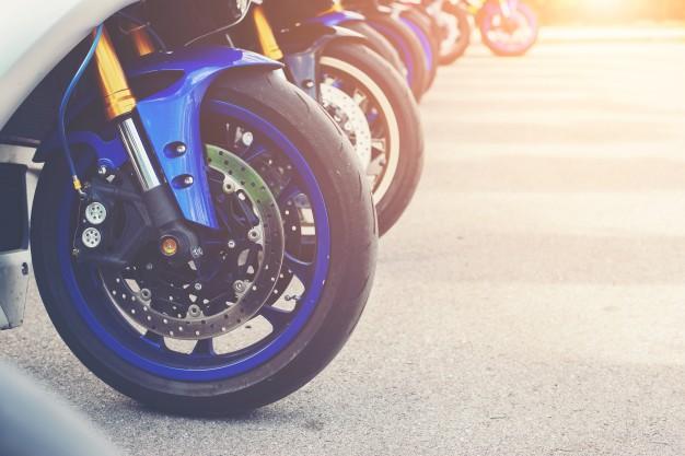 """Passar """"pretinho"""" nos pneus atrapalha o equilibro da moto."""