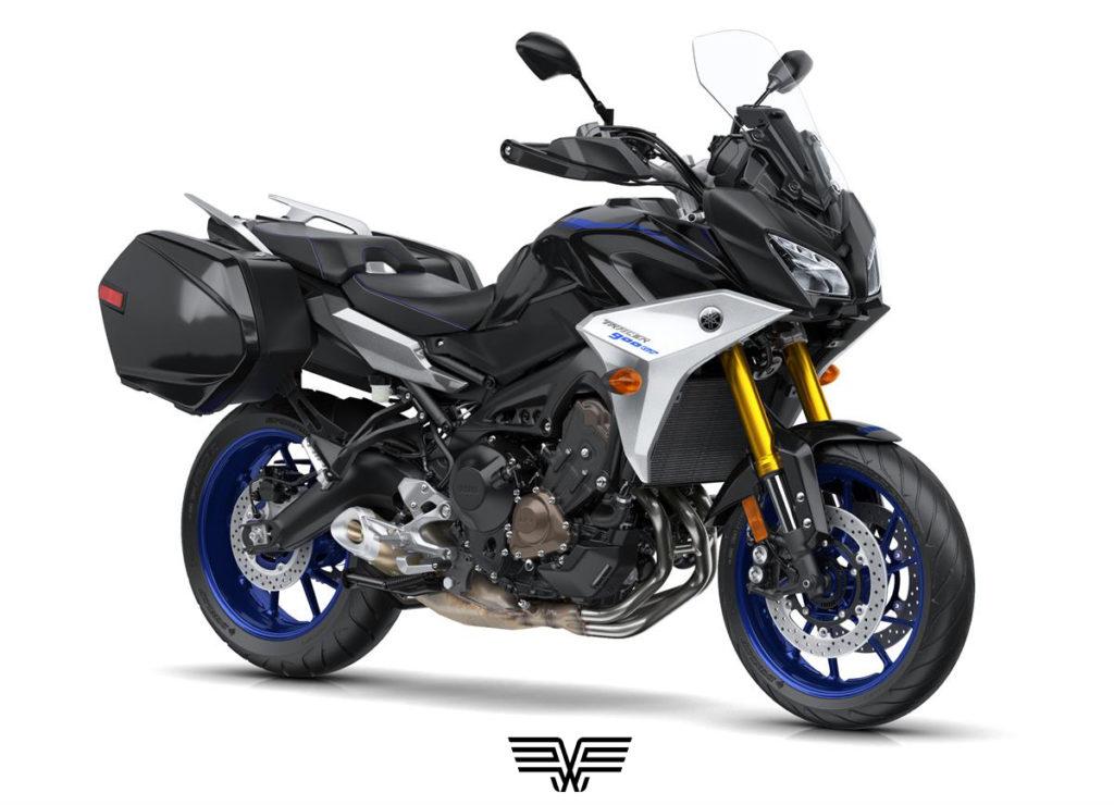 A imagem mostra uma moto MT-09 Tracer preta com aro azul.