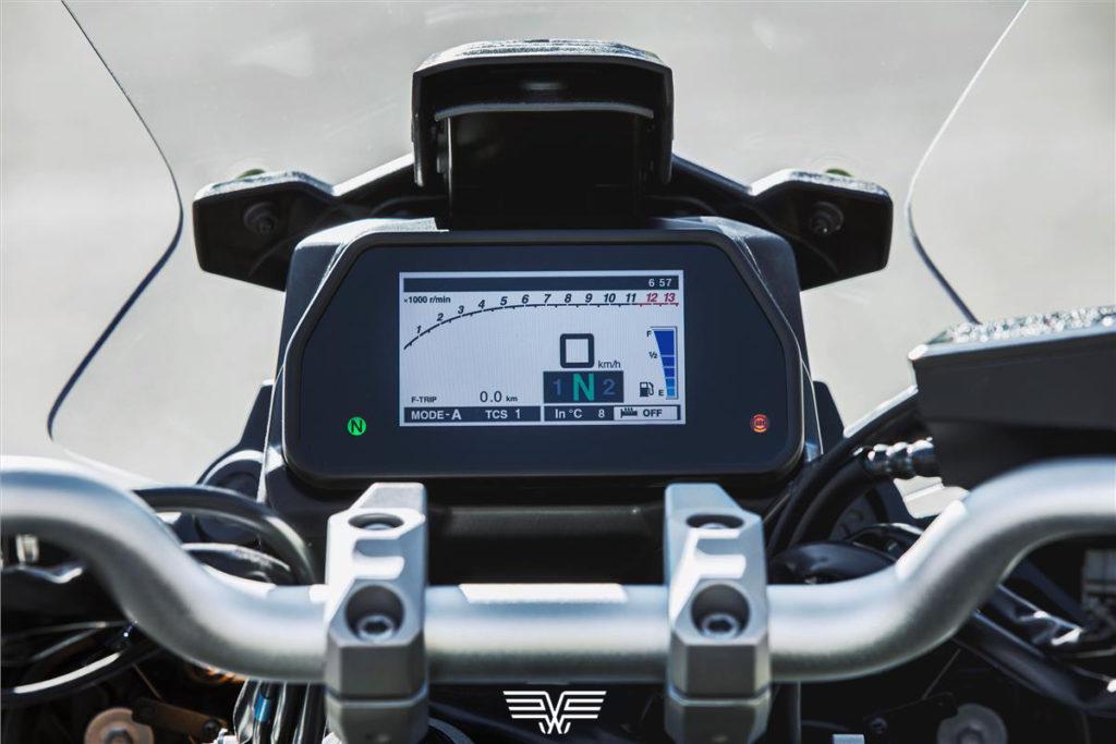 Imagem do inovador painel TFT da MT-09 Tracer, que se adapta à luminosidade externa automaticamente.